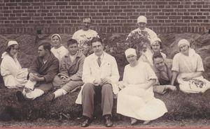 Madonas slimnīcas darbinieki un pacienti pie Madonas slimnīcas. 1930.gadu sākums. Priekšā no kreisās sēž ārsts Ansis Meijers