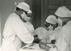 Cesvaines slimnīcas operāciju zālē, 1950.gadu beigas. Muzeja krājuma foto.