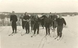 Foto no muzeja krājuma: Madonas slēpotāji ceļā uz Gaiziņkalnu. 1955.gads
