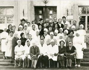 Slimnīcas kolektīvs slimnīcas ēkas 25 gadu jubilejā. 1983.gads. (Varakļānu muzeja krājums)