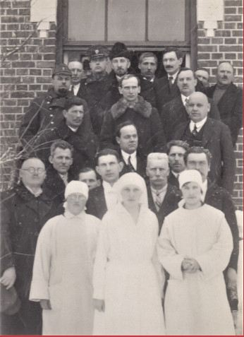 Madonas un apkārtnes veselības aizsardzības savienības slimnīcas iesvētīšana 1931.gada 15.martā. Slimnīca atradās Blaumaņa ielā 18. 2.r. 1.no kreisās puses  Pēteris Siliņš – pirmais slimnīcas galvenais ārsts.