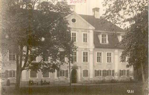 Dzelzvas pils, kur pirmajā stāvā atradās arī aptieka ap 1925.gadu. O.Priedīša foto