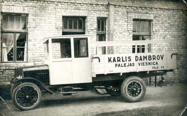 Pirmā smagā automašīna Madonā. 1925. To iegādājās Kārlis Dambrovs. Foto autors nav zināms