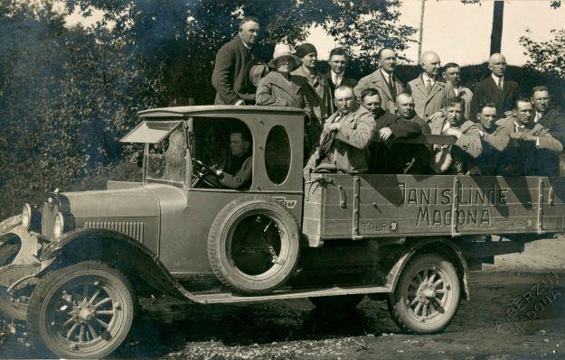 Jāņa Lindes kravas automašīna ar pasažieriem.1930.gadi. Kalējs Jānis Linde-Liepiņš (no Viesienas) 1920.–1930. gados kādu laiku dzīvoja Madonā. Ata (Otto) Bērziņa foto