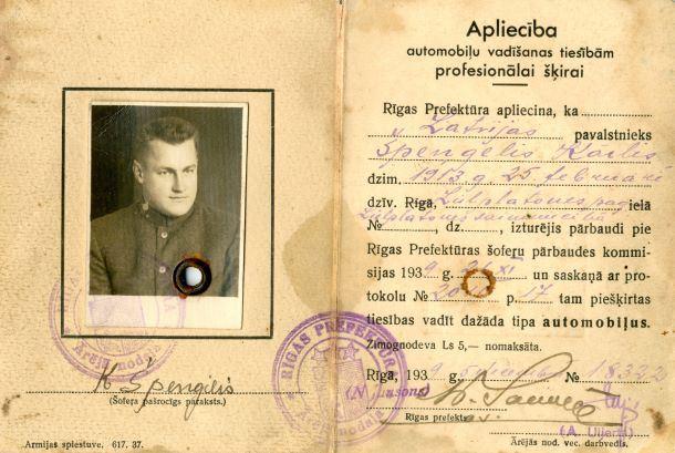 Apliecība dažāda tipa automobiļu vadīšanas tiesībām.1939.gada 5.decembrī. Izdevusi Rīgas prefektūra Kārlim Špengelim par šoferu pārbaudes izturēšanu un tiesību piešķiršanu dažāda tipa automobiļu vadīšanai.