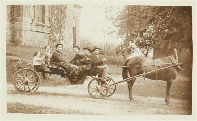 Pajūgā pie Mārcienas baznīcas 1909.gada 13.jūlijā. Aizmugurē no kreisās aktrise Lidija Keplere