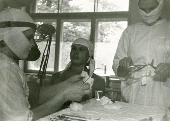 Procedūru kabinetā. LOR Ilga Taurīte darbā. 1970.gadi