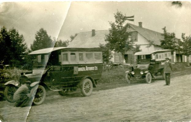 Pirmie privātie autobusi Ērgļos. 1920.gadi. Aleksandra Krūmiņa foto