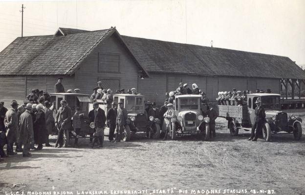 Latvijas Lauksaimnieku centrālās savienības rīkotās ekskursijas dalībnieki pulcēšanās vietā pie Madonas stacijas. 1927.gada 12.jūnijs. Ata (Otto) Bērziņa foto