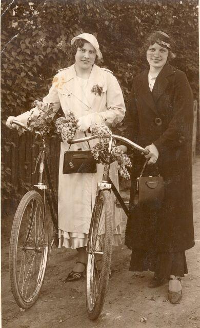 Dāmas ar velosipēdiem. 1937. Bērzaunes friziere Anna ar draudzeni Austru (secība nav zināma).  Fotogrāfijas otrā pusē veltījums kādam Grīviņa kungam – Par mazu atmiņu iz sapņainām jaunības dienām no Anniņas un Austriņas. Ērikas Zariņas foto