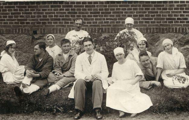 Madonas slimnīcas darbinieki un pacienti pie slimnīcas Blaumaņa ielā. 1930.gadu sākums. E.Zariņas foto