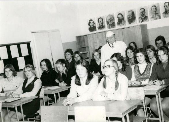 Varakļānu slimnīcas galvenais ārsts Julians Blusanovičs sarunā ar Varakļānu vidusskolas audzēkņiem par ārsta profesiju. 1970.gadi (Varakļānu muzeja krājums)