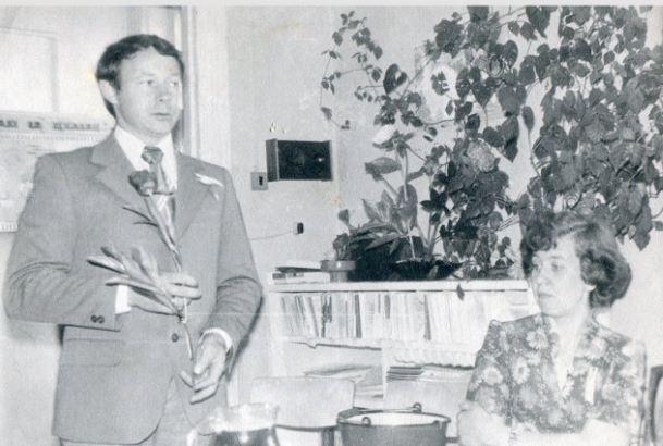 Jubilejas atzīmēšana Ļaudonas slimnīcā. Runu saka terapeits Kārlis Zvērs. 1980.gadi. Foto no Vivitas Kukaines personīgā arhīva.
