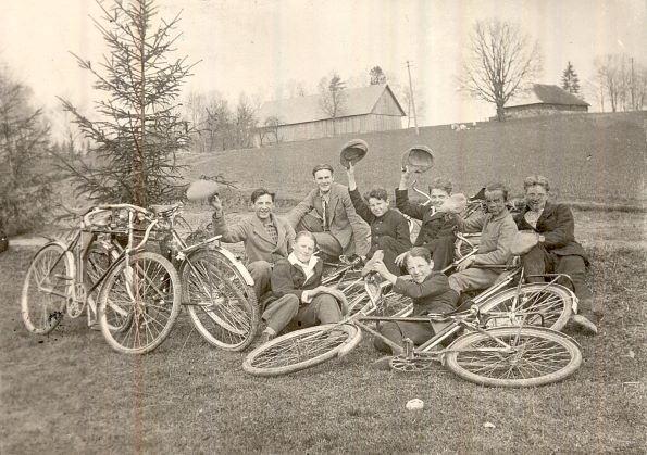 Jaunekļi ar velosipēdiem atpūtā pie Sveķēnkalna Mēdzūlā. 1932./33.māc. gads.  Kārļa Zupāna foto