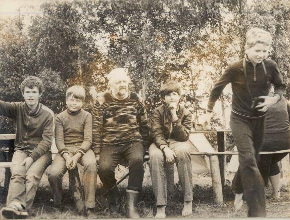 6.V.Urtāns ar arheologu pulciņa puišiem Aglonā, Madalānu pilskalnā ap 1980.gadu atpūtas brīdī. I.Gaujēnas foto