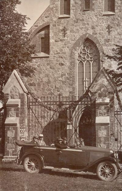 Kabriolets pie Cesvaines baznīcas vārtiem. 1930.gadu vidus Blakus šoferim Jānis Bernovskis, aizmugurē pa kreisi Velta Āboliņa no Oļu