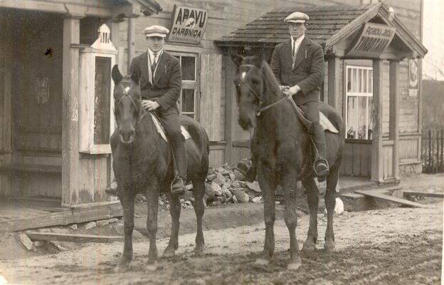 Jaunekļi uz zirgiem pie apavu darbnīcas Ļaudonā. 1930.gadi. Foto autors nav zināms