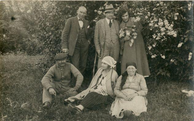 Dārzā pie ceriņiem. 1920.-1930.gadi. Augšējā rindā no kreisās aktieris Alfrēds Gulbis, A.Kokols, Emma Ezeriņš. Sēž no kreisās A.Keplers, Lidija Keplere, Anna Keplers