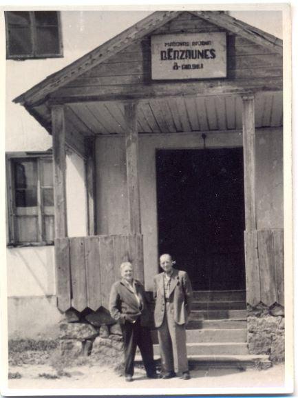 Augusts Lietavietis ar brāli Jāni pie Bērzaunes skolas 1960.gadā