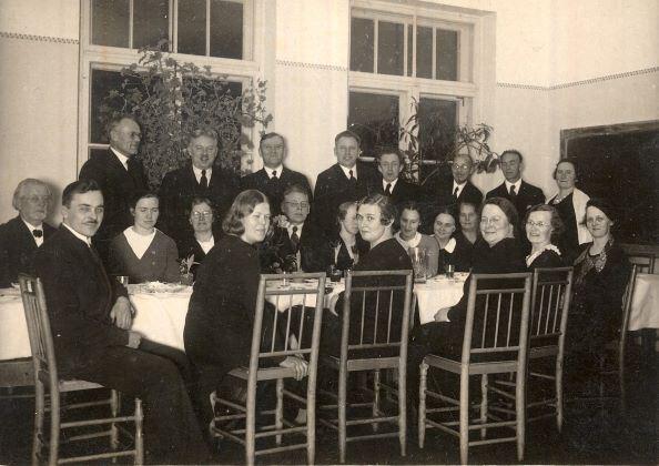 Madonas ģimnāzijas skolotāja Feliksa Dzintara 50 gadu jubilejas svinību viesi 1935.gada 20.janvārī. No kreisās 1.rindā sēd: zīmēšanas skolotājs Ervins Volfeils, saimniece Āboliņa, Helēna Kundrāte, vācu valodas skolotāja Johanna Zemīte, latīņu valodas skolotāja Olga Āboliņa, ?. No kreisās 2.rindā sēd: mācītājs Jānis Eniņš, latviešu valodas skolotāja Marta  Ozoliņa, ķīmijas un dabas zinību skolotāja Berta Dzintare (Polfandere), dabas zinību, ģeogrāfijas, vēstures un krievu valodas skolotājs Felikss  Dzintars (Polfanders), Aizpurīša kundze Marta, latviešu un vācu valodas skolotāja Herta  Lindberga, mājturības skolotāja Marta Aldere, ?. No kreisās 3.rindā stāv: matemātikas skolotājs Pēteris Āboliņš, fizikas skolotājs Jēkabs Kundrāts, direktors Aleksandrs Aizpurītis, vēstures un latīņu valodas skolotājs Pēteris Kalniņš, domājams, Daukšāns, matemātikas un mūzikas skolotājs Nikolajs Feldmanis, fizkultūras skolotājs Vilis Skuja, Kalniņa kundze (Marija?). Foto autors nav zināms