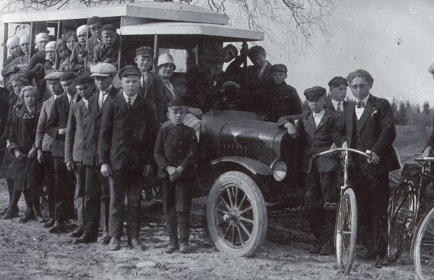 Cilvēku grupa pie smagās automašīnas, kas pārbūvēta par autobusu. 1930.gadi. No labās 1.Pēteris Dobrovičs, elektromontieris Aiviekstes hidrocentrālē. Foto autors nav zināms