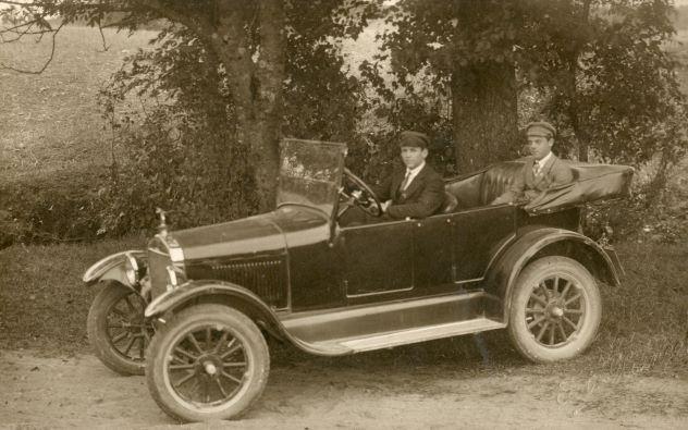 Pirmā vieglā automašīna Madonā. 1925. Īpašnieks Kārlis Dambrovs. Modelis