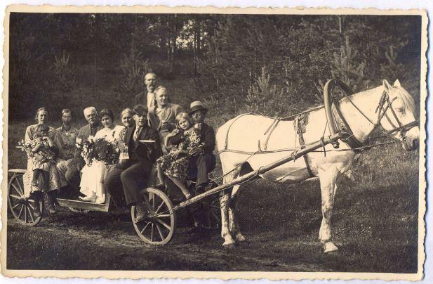 Sāvienietes Zentas Lūses (1917–?) iesvētību viesi līnijdroškā. Ap 1935.gadu
