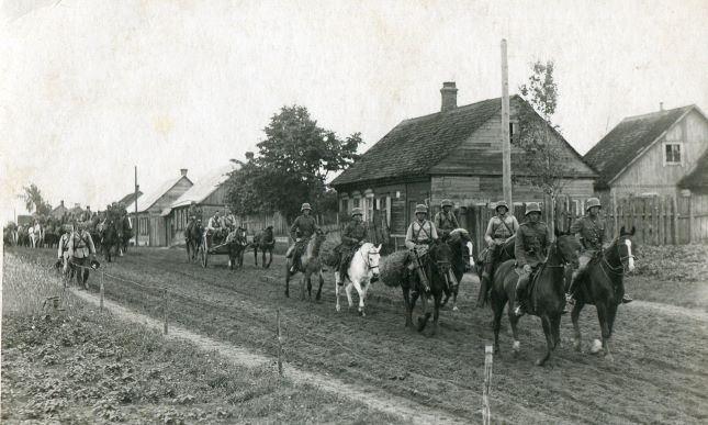 Latvijas armijas Latgales artilērijas pulks ceļā uz šaušanas apmācībām Daugavpilī. 1931.–1932.gads.