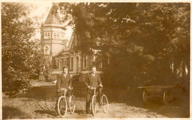 Jauni kungi ar velosipēdiem pie Tolkas muižas Vestienā. 1930.gadi. Foto autors nav zināms
