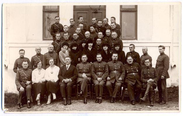 Madonas apriņķa aizsargu komandējoša sastāva apspriedes dalībneki kopā ar aizsargu priekšnieku Kārli Praulu (sēd 5. no kreisās) pie apriņķa valdes nama 1930.gada 8.novembrī. Pirmajā rindā otrais no labās Voldemārs Lesnieks. E.Zariņas foto.