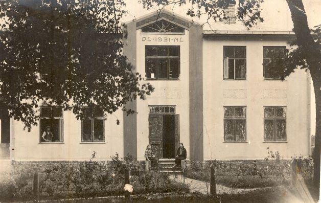"""Jaunā """"Alejas aptiekas"""" ēka 1930.gadu sākumā. Virs ieejas redzami īpašnieku iniciāļi – Otto Leivers un Antonija Leivers, kā arī atvēršanas gads – 1931. Foto autors nav zināms"""