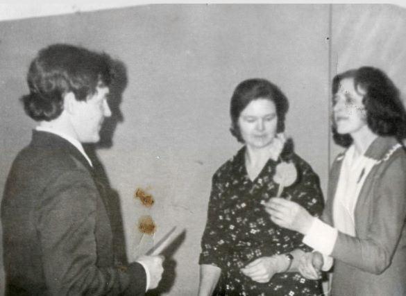 """Donoru godināšanas pasākums Ļaudonas """"Buciņā"""". 1980.gadi. No labās Regīna Vabule, Skaidrīte Grotkere, Modris Kukainis. Foto no Vivitas Kukaines personīgā arhīva."""