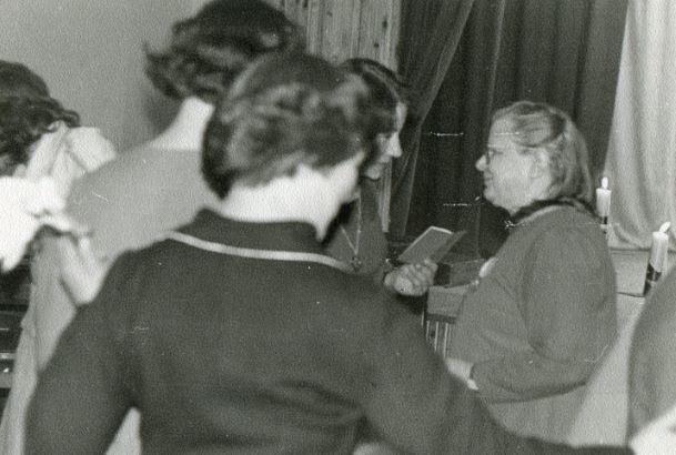 """Medmāsai Austrai Elksnītei tiek pasniegta nozīme """"Darba veterāns"""". 1978.gada 6.jūnijs."""