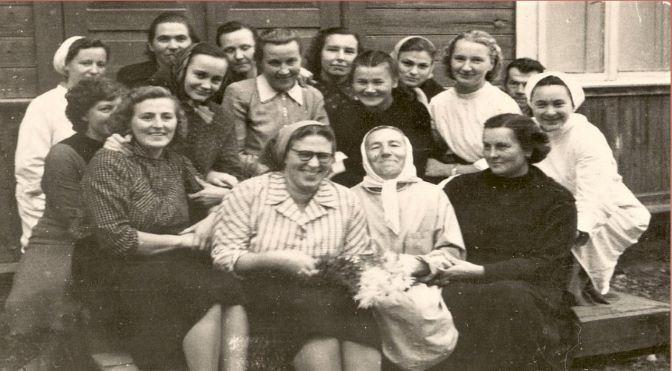 Lubānas slimnīcas darbinieki, 1959.gads. 1.no kreisās: Rita Graudone, ārste Freimane (Andrejsone), veļas pārzine Marianna Zušs, ārste Valentīna Smalkā. 2.no kreisās laborante Olga Saleniece, dezinfektore Marta Ceruka, … , Dzidra Vasile, medmāsa Ausma Šahmane. Aizmugurē no kreisās vecmāte Rita Pureniņa, no labās saimniecības pārzinis Vasilis