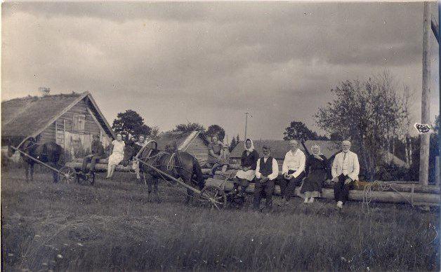 Divi speciālie baļķu vedamie rati. 1920.gadi. Domājams, Madonas apkārtne, Sarkaņi. Jāņa Glīznieka foto