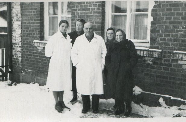Madonas poliklīnikas darbinieki. No kreisās stāv Skubiņa, Grudule-Zvaigzne, ārsts Gothards Brunovskis, reģistratūras darbinieces Z.Eka un M.Harčenko. 1950.gadi.