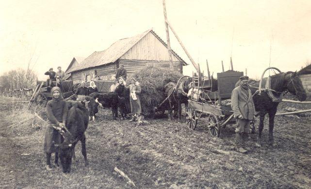 """Jurģi Lubānā. 1920.gadi. Iedzīves un lopu pārvešana no """"Salāniešiem"""" uz """"Iskaušāriem"""" Foto autors nav zināms"""