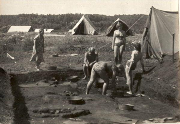 5.Jauno arheologu pulciņš darbā Aglonā, Madalānu pilskalnā ap 1982.gadu. V.Urtāns sēž izrakumu laukuma malā. I.Gaujēnas foto