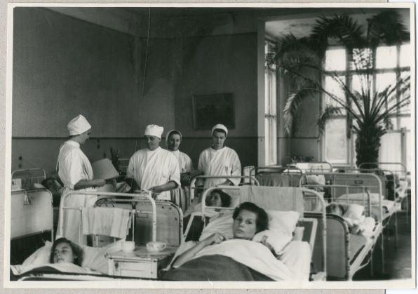 Rīgas pilsētas 4.slimnīcas ķirurģijas nodaļas vadītāja Anna Ūdre (stāv 2. no kreisās puses) rīta vizītē slimnīcā. 1954.gads