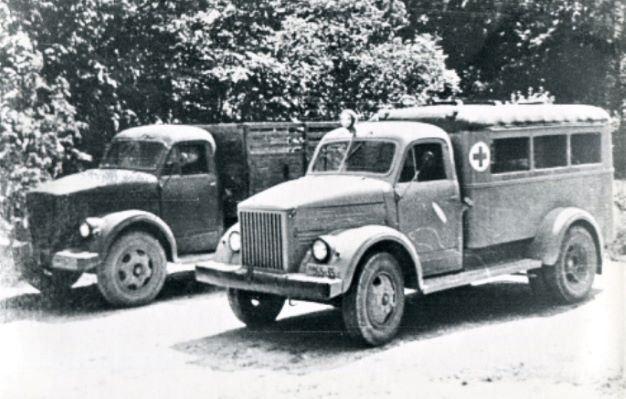 Cesvaines slimnīcas sanitārais auto un smagā automašīna. 1950.gadi