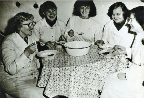 Slimnīcas darbinieces pusdieno, ap 1970.gadu