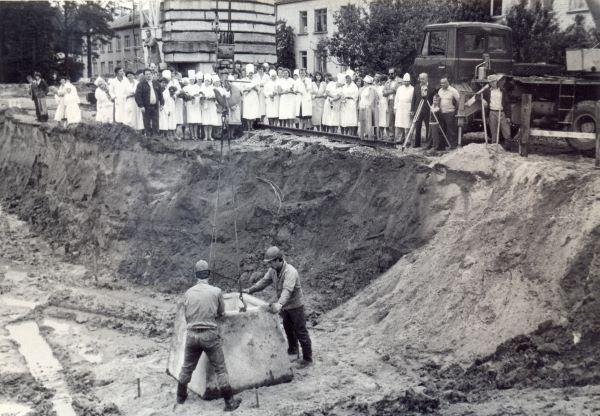 Madonas slimnīcas piebūves pamatakmens likšana. 1991.gada 17.jūlijs. O.Skujas foto.