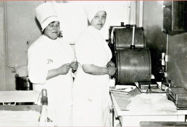 Ķirurģijas nodaļas pārsiešanas telpā. 1984.gads. Pirmā no labās medmāsa Leontija Nagle (privātpersonas kolekcijas fotogrāfija)