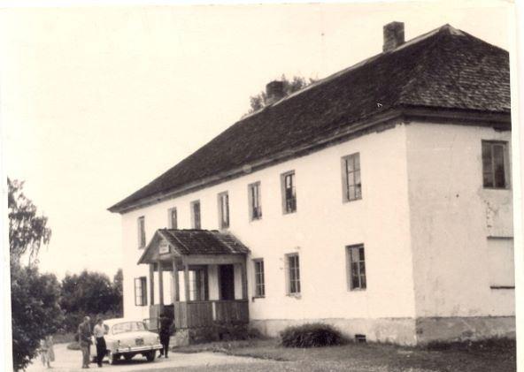 Augusta Lietavieša auto pie Bērzaunes skolas 1960.gadā
