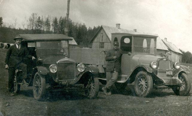 Kārļa Dambrova autoparks Madonā. 1926. Foto autors nav zināms