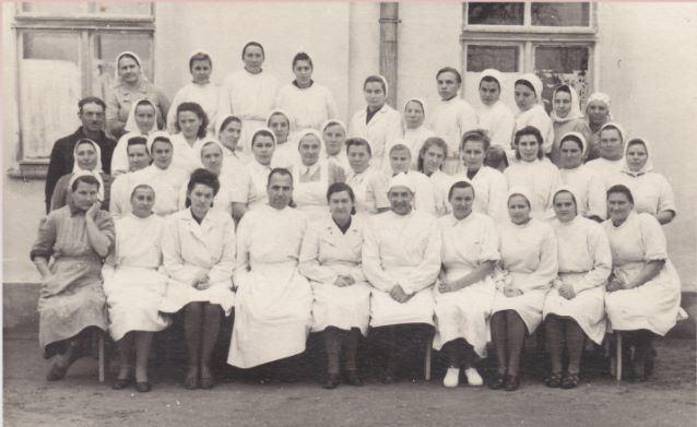 Madonas slimnīcas medmāsu kursu izlaidums. 1948.gads. 5.no labās puses sēž slimnīcas direktors Aleksandrs Katalimovs, 6.Vera Skuja, 7.Ārsts Jāzeps Babris.