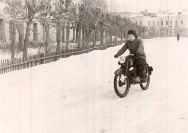 R. Umure Omskas lauksaimniecības institūta eksāmenā braukšanā ar motociklu. 1957.gads